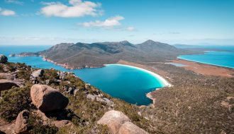 Panorama de plage de Wineglass bay en Tasmanie