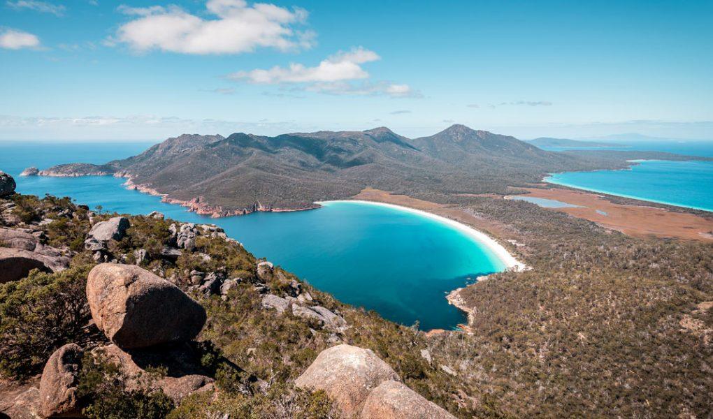 Panorama de plage de Wineglass bay en Tasmanie